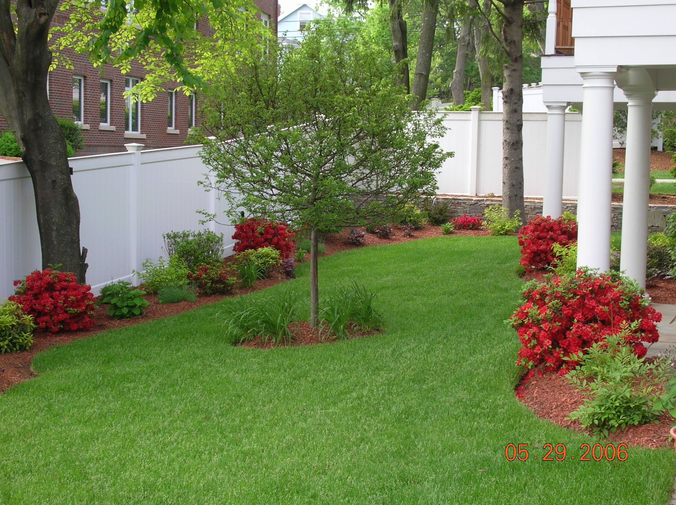 Top 10 simple diy landscaping ideas seek diy for Simple landscape design