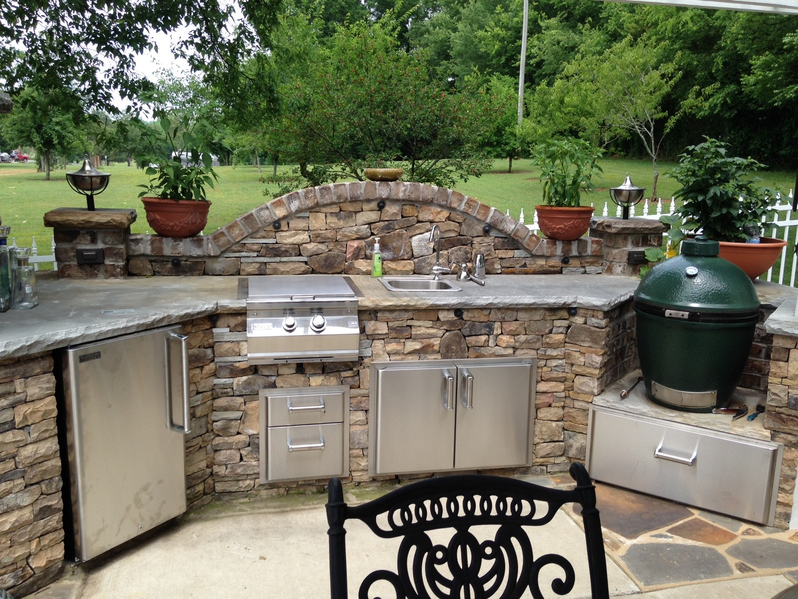 These diy outdoor kitchen plans turn your backyard into for Plans for outside kitchen